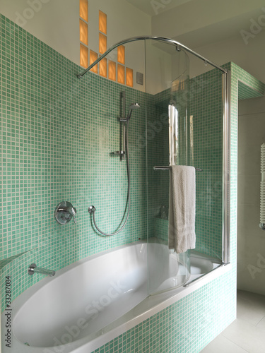 vasca da bagno bianca in bagno moderno con piastrelle verdi ... - Bagni Moderni Verdi