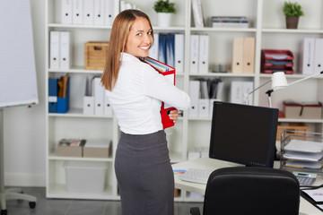 frau im büro hält aktenorder