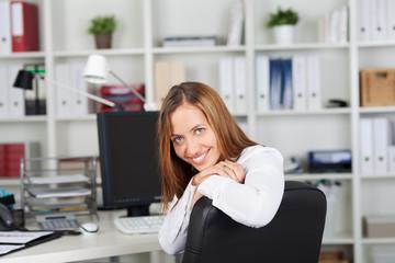 fröhliche angestellte im büro