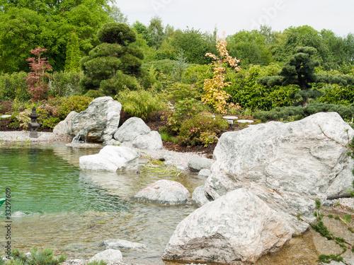 Jardin zen japonais rocher et tang photo libre de for Rocher jardin japonais