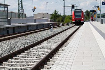 Bahnhof mit Schienen und Zug