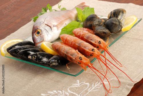 Piatto Di Vetro Con Gustoso Pesce Stock Photo And Royalty Free