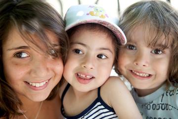 trois enfants souriants