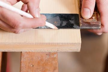 Tischler oder Schreiner mit Anschlagwinkel und Bleistift