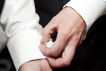 Bräutigam beim herrichten