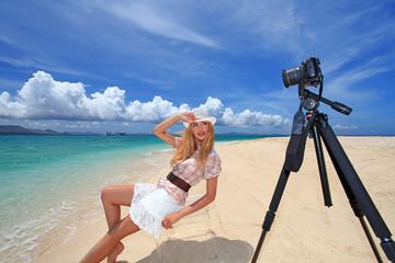 ビーチで撮影を楽しむ笑顔の女性