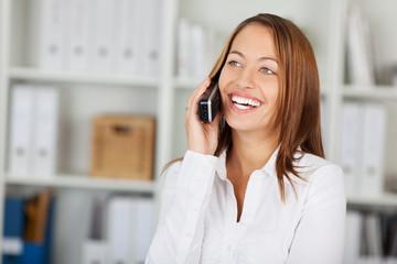 junge businessfrau am telefon