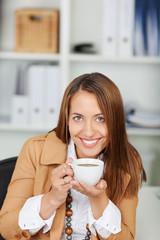 frau trinkt kaffee bei der arbeit