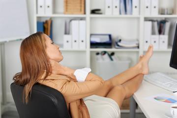 frau legt die füße im büro hoch