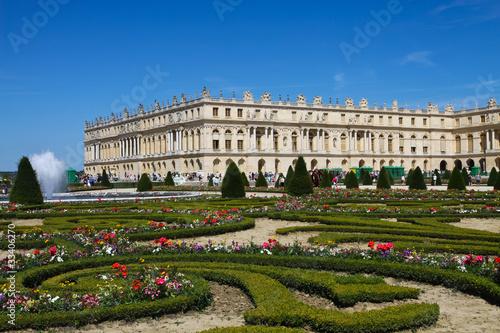 Jardin fleuri au chateau de versailles photo libre de droits sur la banque d 39 images fotolia - Chateau de versailles gratuit ...