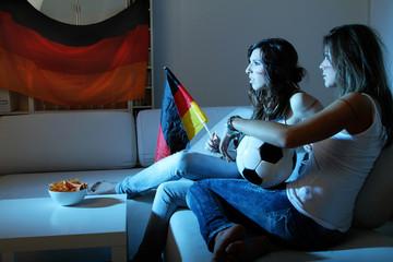 Mädchen beim Fußball schauen