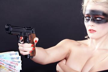 Beauty Bandit mit Waffe möchte Geld, quer