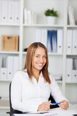 erfolgreiche junge frau im büro