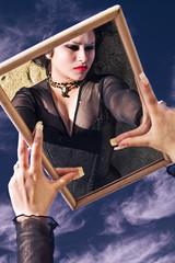 Joven mujer reflejada en espejo