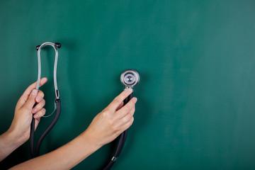stethoskop vor der tafel