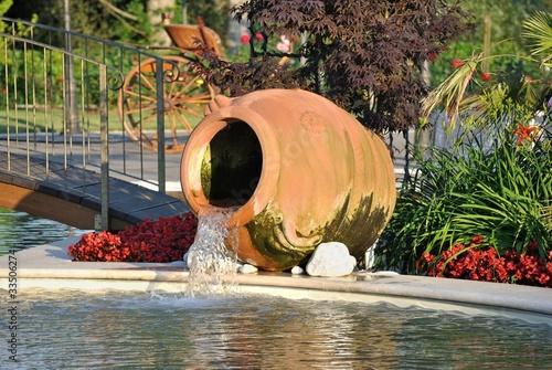 Fontana ad anfora in giardino immagini e fotografie for Anfora giardino