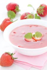 Kaltschale mit Erdbeere auf Teller