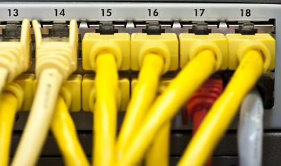 gelbe EDV-Kabel  angeschlossen