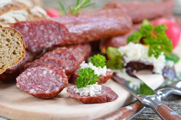 Südtiroler Brotzeit mit Kaminwurzen und Vinschgerln