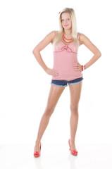 Junge blonde Frau mit roten Schuhen