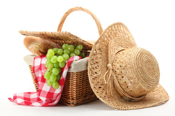 Tuinposter Picknick Picnic basket and straw hat