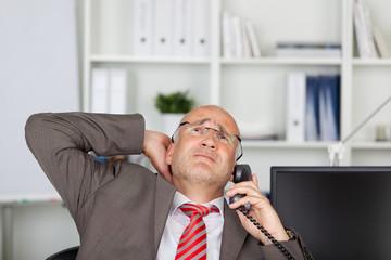 geschäftsmann erfährt schlechte neuigkeiten am telefon