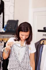 frau kauft neues kleid