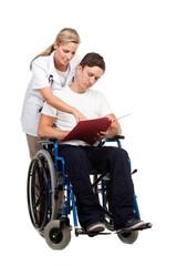 krankenschwester erklärt rollstuhlfahrer den bericht