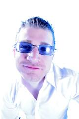 breit grinsender Mann mit Sonnenbrille
