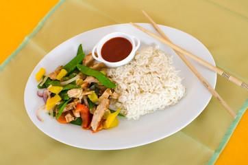 Asiatische Gemüse-Hähnchenpfanne mit Reis