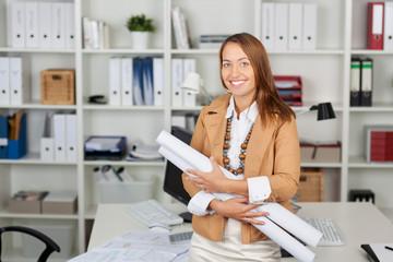 lächelnde architektin im büro