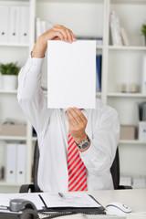 mann zeigt weißes blatt im büro