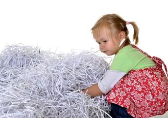 enfant jouant avec paper