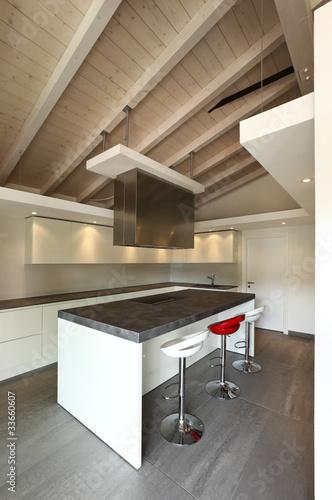Cucina moderna aperta con tre sgabelli immagini e for Cucina aperta