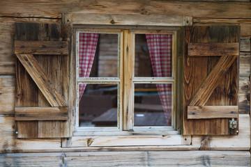 Fenster einer Berghütte in Südtirol