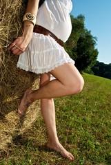 bellezza incinta in campagna toscana