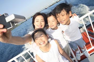 子供たちと記念撮影する母親