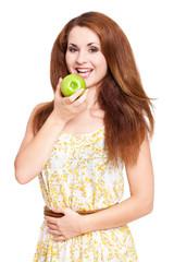 junge Frau im Sommerkleid mit Apfel