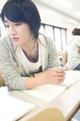隣のノートを覗き込む学生