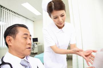 医者に患者の状態を報告する看護師