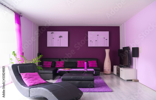 sch nes wohnzimmer in lila t nen stockfotos und. Black Bedroom Furniture Sets. Home Design Ideas