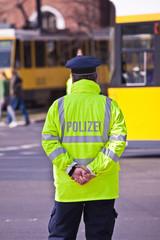 Berliner Polizist bei der Ausübung seines Berufes