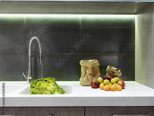 Frutta fresca vicino al lavello in moderna cucina - Abbonamento cucina moderna ...