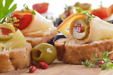 Käsehappen mit Tomaten und Oliven