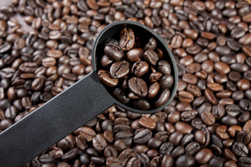 measure spoon, weigh coffee beans with measure spoon.