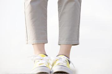 スニーカーを履いた女性の足元