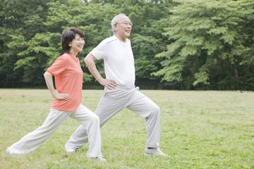 公園でストレッチをする老夫婦