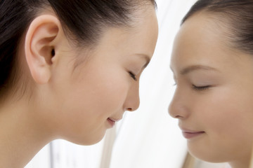 鏡に近づく女性