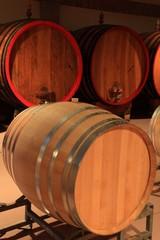 Fototapete - Weinkeller Barrique Rotwein Holzfässer Piemont, Italien