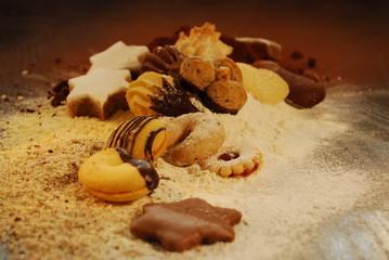 gemischte Kekse auf Puderzucker